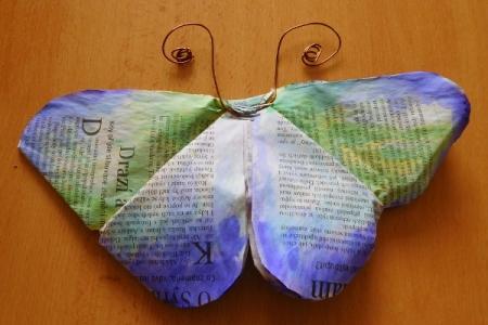 Motýli z novinového papíru